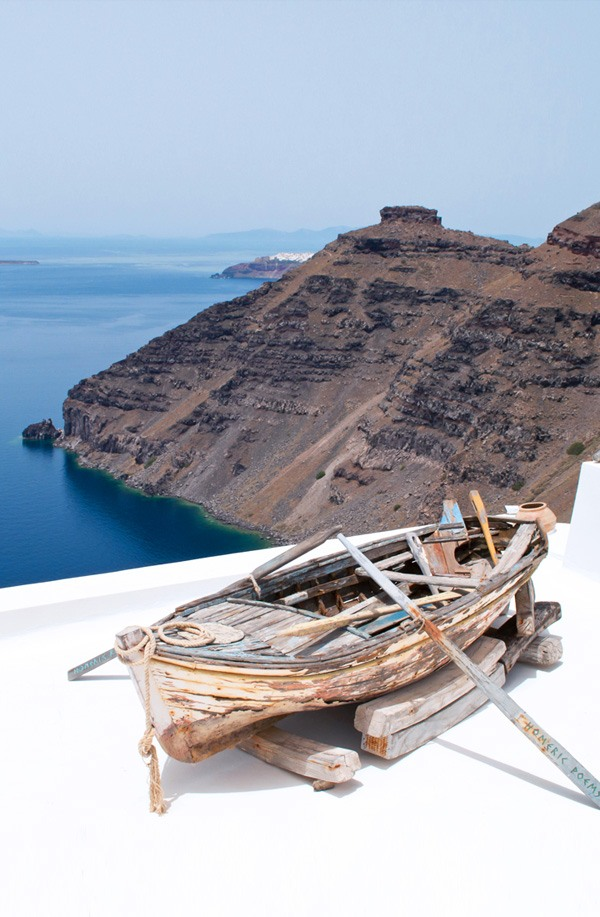 Santorini is the classic Greek island – its shades of blue and white featuring on endless magazine covers. But would it be as impressive in person? – ontheluce.com