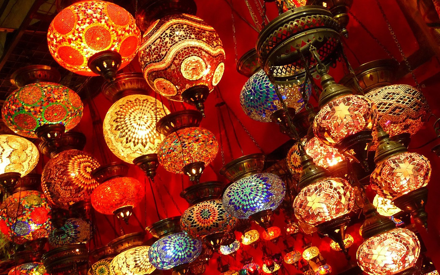 Colouful lanterns in the Grand Bazaar – one day in Istanbul
