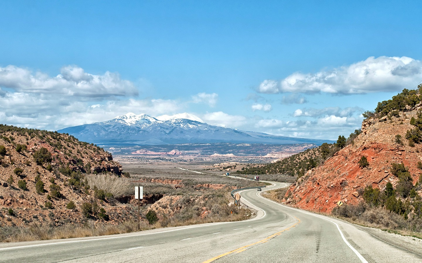 5 of the best southwest USA scenic drives across Arizona, Utah and New Mexico, driving routes through snow-capped mountains, red rocks and sandy deserts.