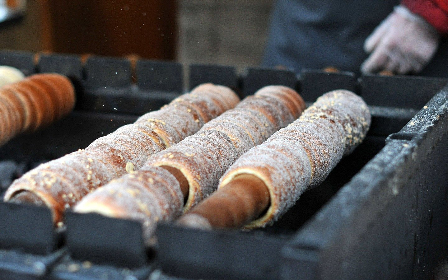 Chimney cakes (trdelnik) cooking in Prague