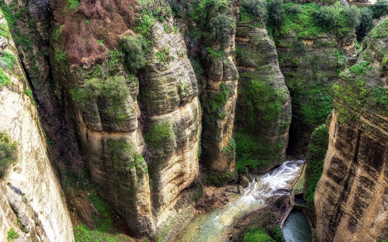 Looking down into El Tajo gorge